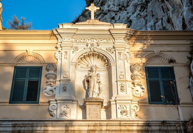 Vista del santuario del santo Rosalia con la cueva santa encima de Monte Pellegrino en Palermo, Sicilia fotos de archivo