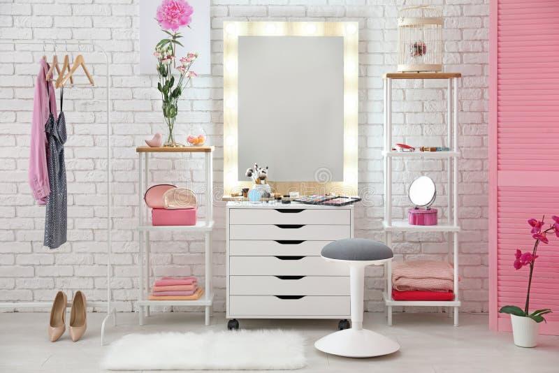 Vista del sitio del maquillaje con los cosméticos decorativos fotografía de archivo libre de regalías