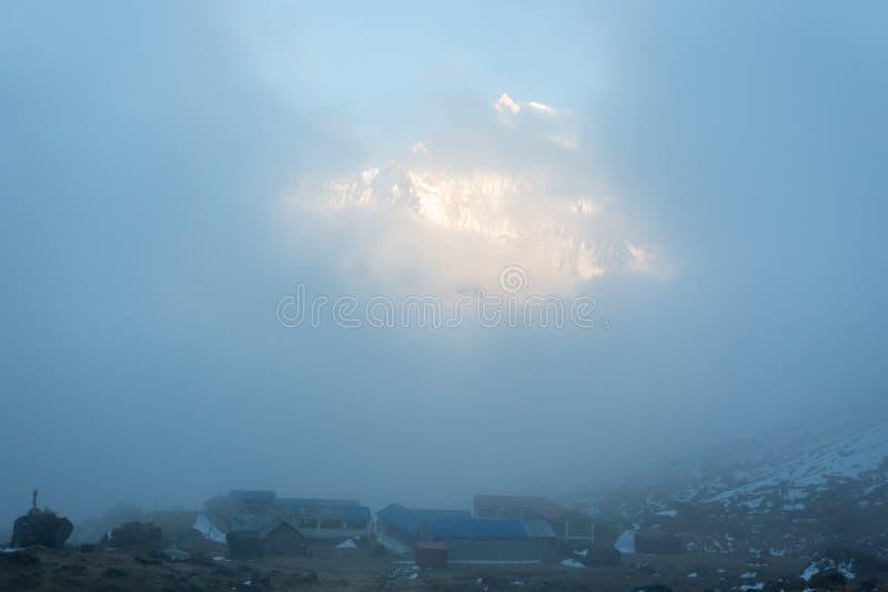 Vista del soporte Machapuchare en la puesta del sol del campo bajo de Annapurna, área de la protección de Annapurna, Nepal imagen de archivo