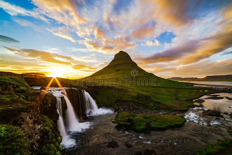 Vista del supporto Kirkjufell e Kirkjufellfoss in Islanda fotografia stock
