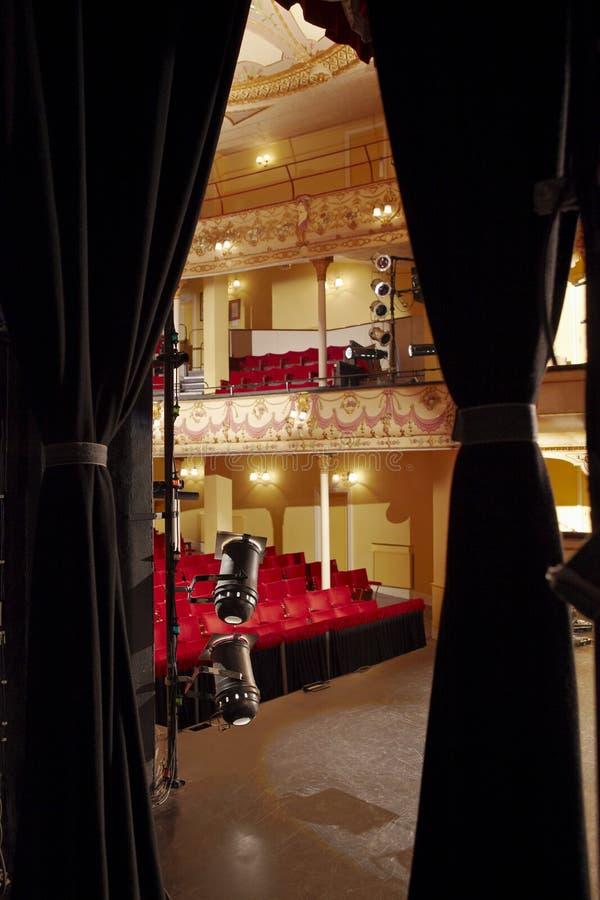 Vista del teatro tramite la tenda della fase fotografia stock