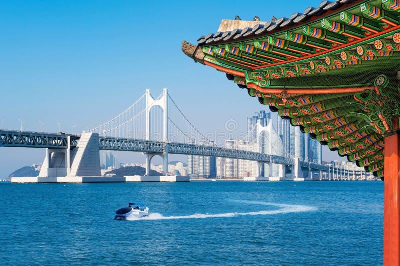 Vista del tejado de Gyeongbokgung Puente y Haeundae de Gwangan en Busán imágenes de archivo libres de regalías