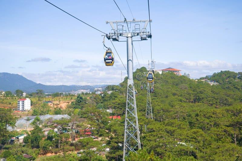 Vista del teleférico de ` del lat de Treo DA del casquillo del ` en el día soleado Dalat, Vietnam imágenes de archivo libres de regalías