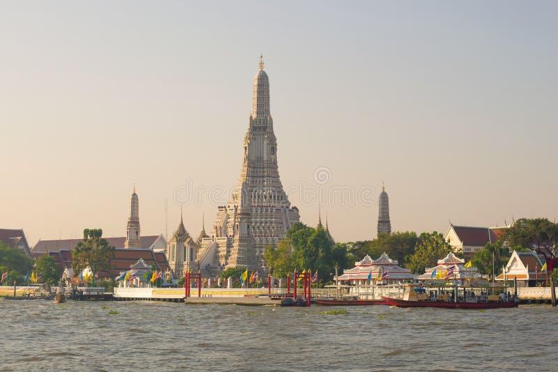 Vista del tempio buddista di Wat Arun, primo mattino bangkok fotografia stock libera da diritti