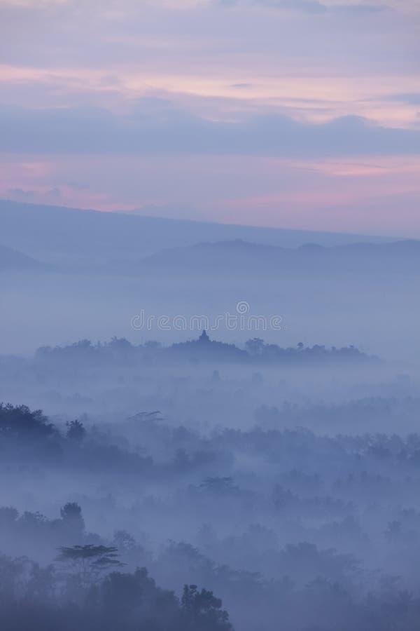 Vista del tempio di Borobudur dalla collina di Bukit Punthuk Setumbu ad alba immagini stock libere da diritti