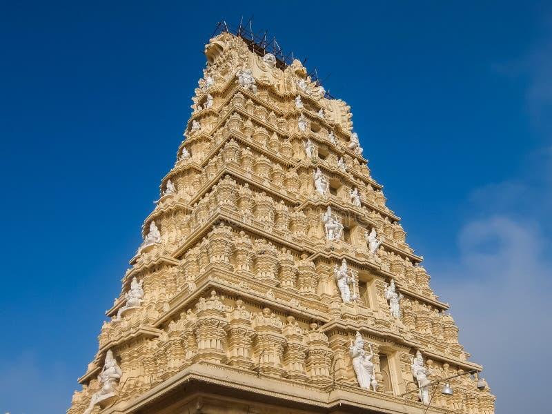 Vista del tempio di Sri Chamundeshwari, situata sulle colline di Chamundi vicino a Mysore immagine stock libera da diritti