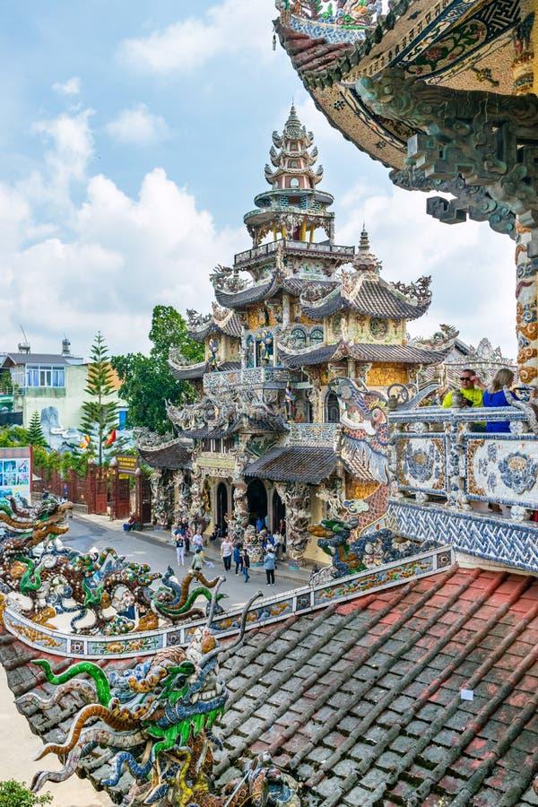 Vista del tempio variopinto e del tetto delle mattonelle nel Vietnam immagini stock