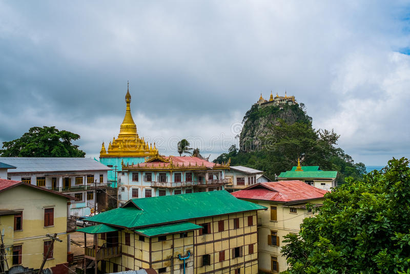 Vista del templo en el soporte Popa, cerca de Bagan, Myanmar imagen de archivo libre de regalías