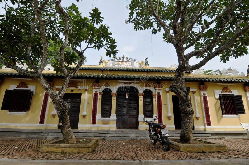 Vista del templo local con los árboles verdes en Vinhlong, Vietnam fotografía de archivo