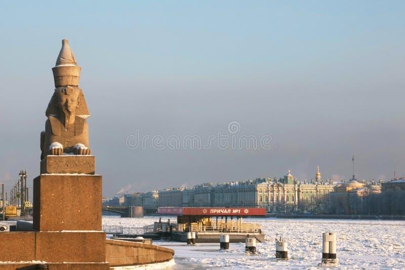 Vista del terraplén de la universidad de la forma del palacio del invierno St Petersburg imagen de archivo libre de regalías
