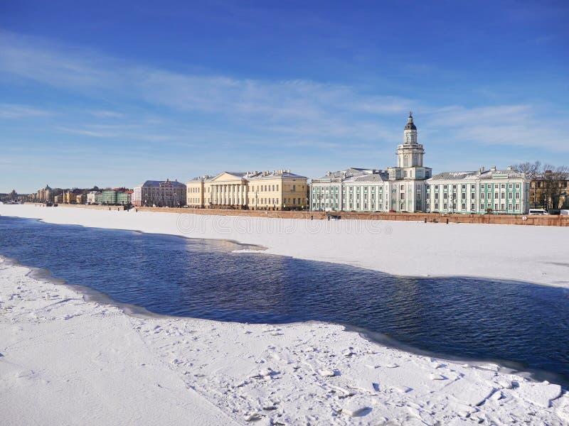 Vista del terraplén de la universidad (St Petersburg) en finales del invierno foto de archivo