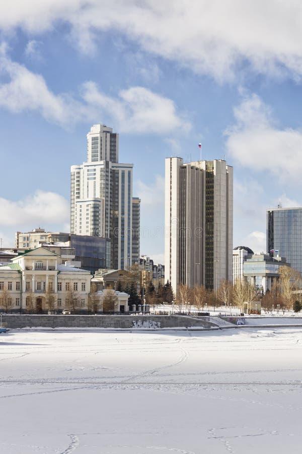 Vista del terraplén Ekaterimburgo, Rusia del muelle del muelle foto de archivo libre de regalías