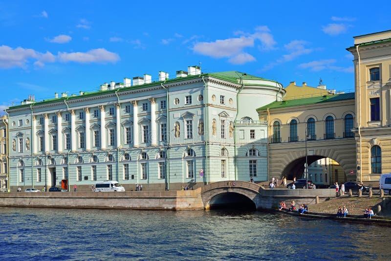 Vista del terraplén del palacio y del canal del invierno al río de Neva fotografía de archivo