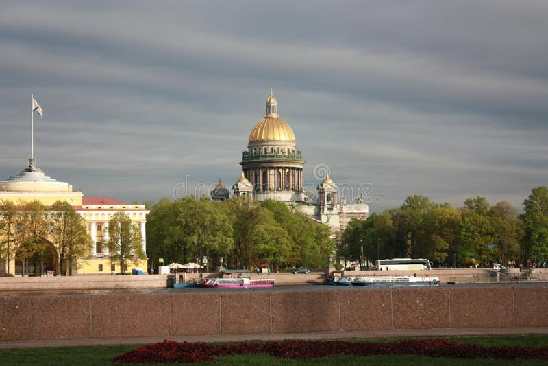 vista del terraplén y de la catedral del St Isaac en Petersburgo foto de archivo libre de regalías