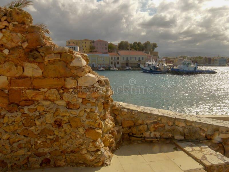 Vista del terraplén y del puerto de Chania fotografía de archivo libre de regalías