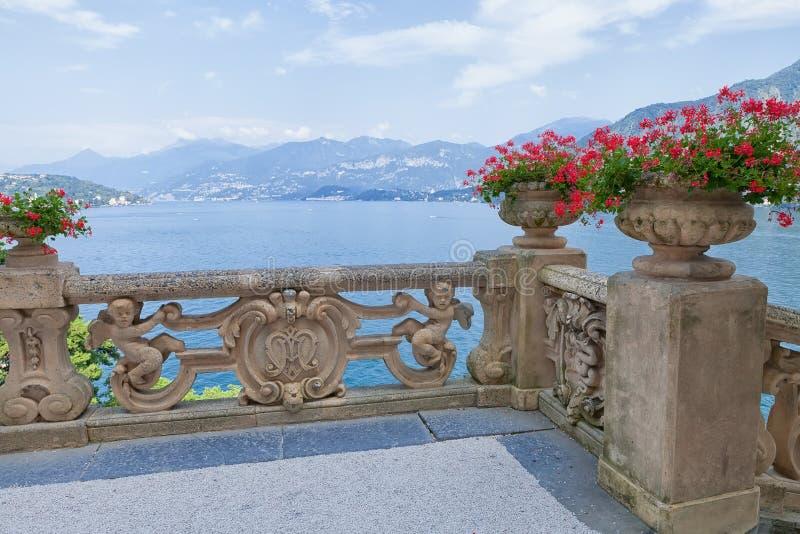 Vista del terrazzo classico nel parco di Villa del Balbianello, lago Como, Lenno, Lombardia, Italia immagini stock