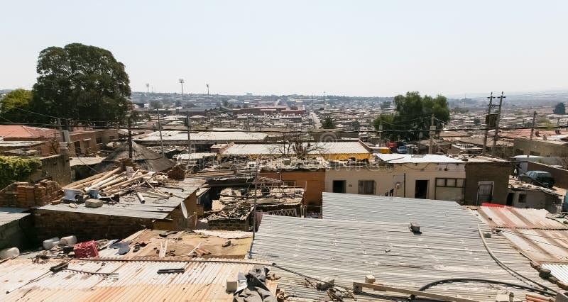 Vista del tetto dell'angolo alto delle case di reddito basso nel distretto Johannesburg Sudafrica di Alexandra immagini stock