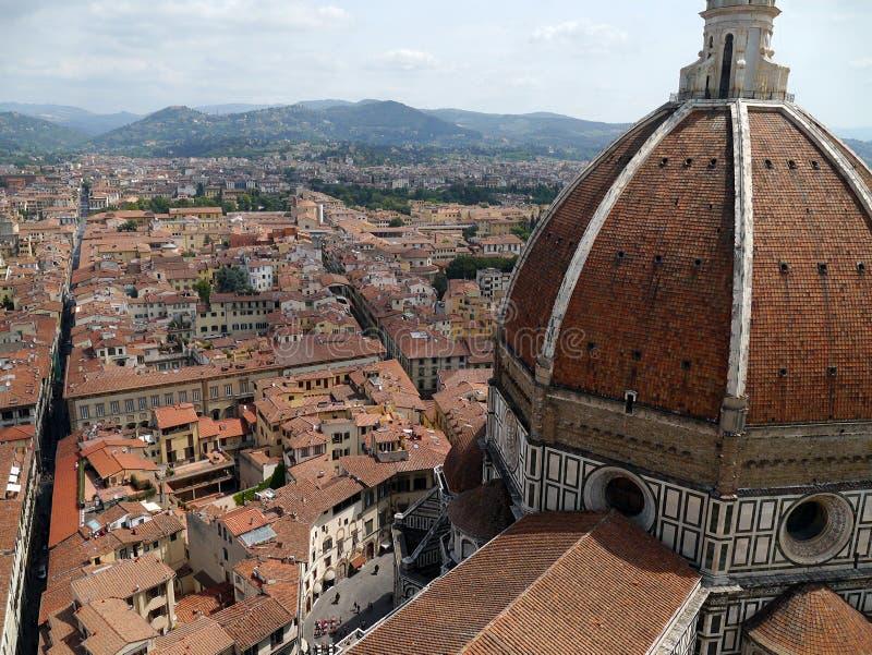 Vista del tetto di Firenze dalla cima del campanile di Giotto's con la vista della cupola della cattedrale Firenze, Italia immagini stock libere da diritti
