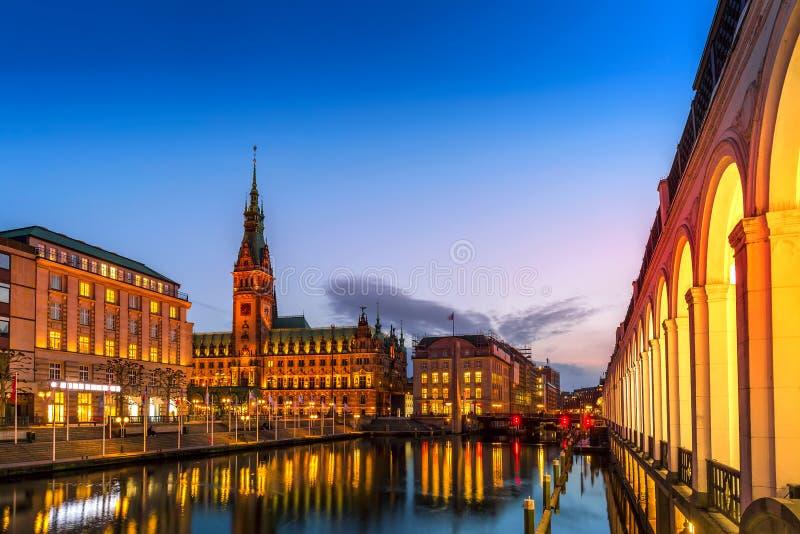 Vista del townhall Rathaus de Hamburgo y del pequeño lago Alster durante la puesta del sol crepuscular fotografía de archivo libre de regalías