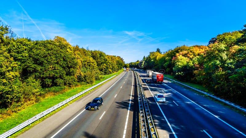 Vista del tráfico en la autopista sin peaje A28 o E232 entre Zwolle y Amesfoort imagenes de archivo