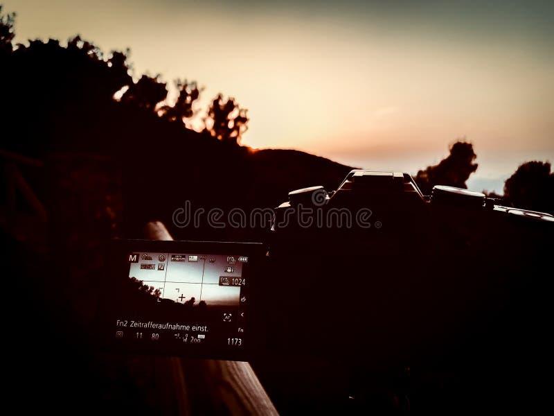 Vista del trabajo de la cámara en la salida del sol de la montaña imagen de archivo libre de regalías