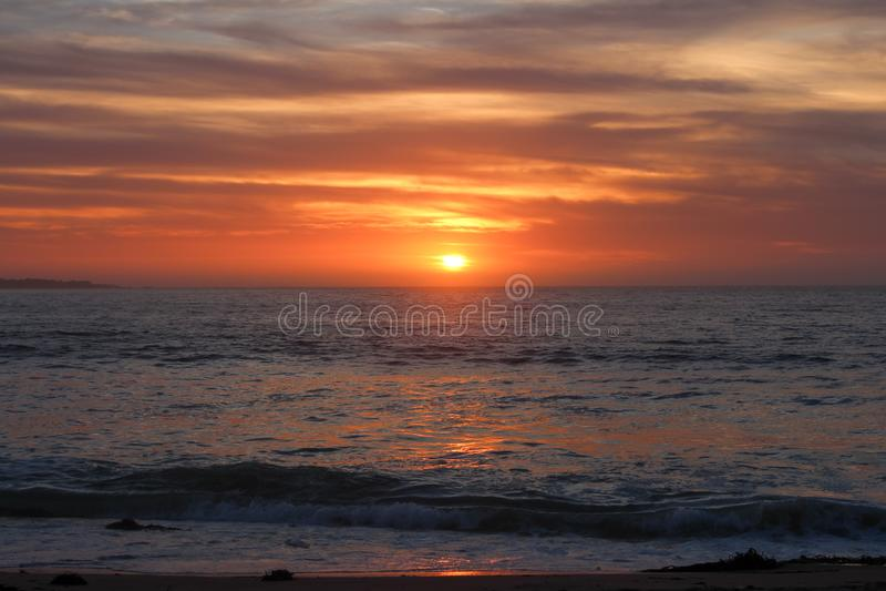 Vista del tramonto dalla spiaggia di Sand City nella contea di Monterey, California, Stati Uniti immagine stock libera da diritti