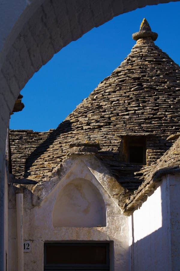 Download Vista Del Trullo Attraverso Un Arco Fotografia Stock - Immagine di casa, architettura: 7301920