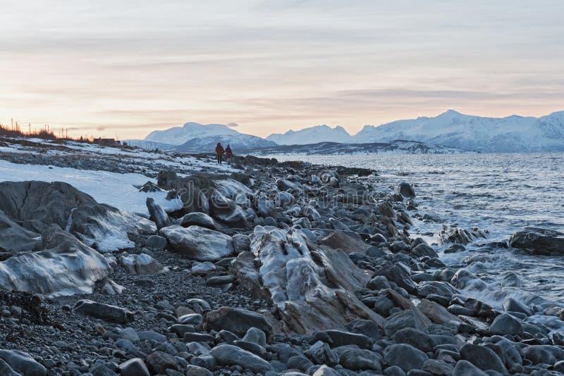 Vista del Ullsfjorden y de las montañas de Lyngen, Lyngen, Tromsoe, Noruega imagen de archivo libre de regalías