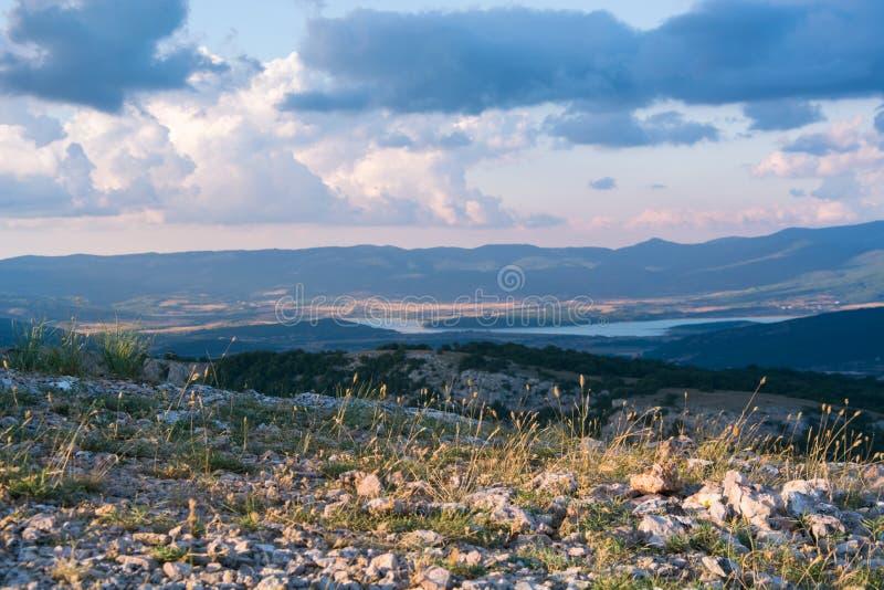 Vista del valle Baydarskaya en la costa meridional de Crimea Visión desde arriba de la montaña Ilyas Kaya Día nublado del verano  fotos de archivo libres de regalías