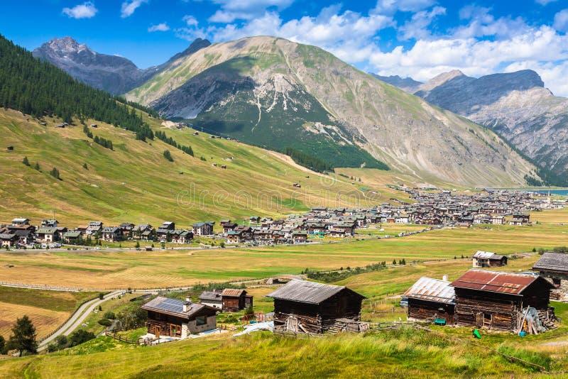 Vista del valle de Livigno en verano imagen de archivo libre de regalías