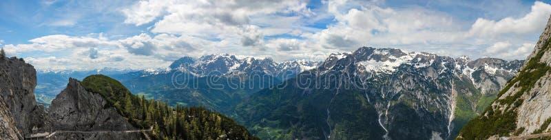 Vista del valle de Salzach y de la ciudad de Tennek cerca del Eisriesenwelt en el panorama cosido montañas austríacas foto de archivo