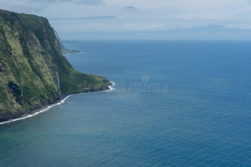 Vista del valle de Waipio en la isla grande de Hawaii con la silueta de Maui en el fondo foto de archivo libre de regalías