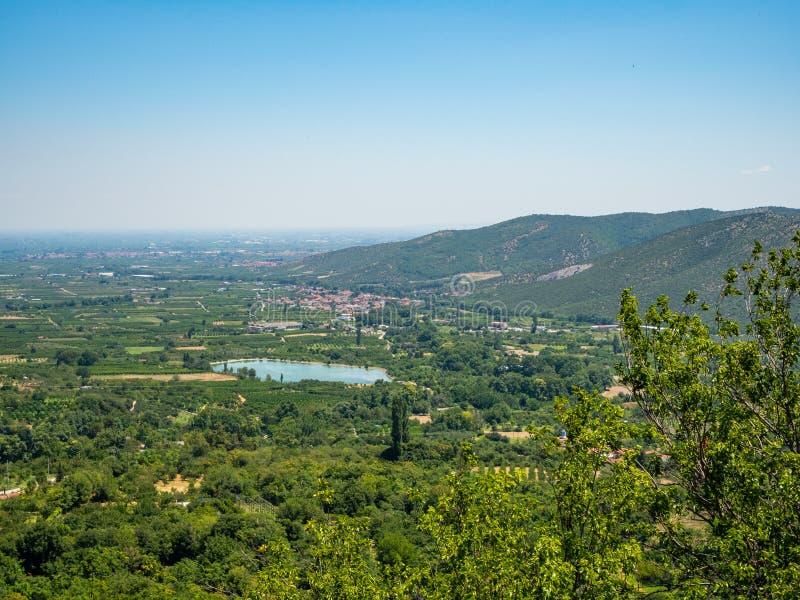 Vista del valle y de los acuerdos alrededor de la ciudad de Edessa, Grecia fotos de archivo libres de regalías