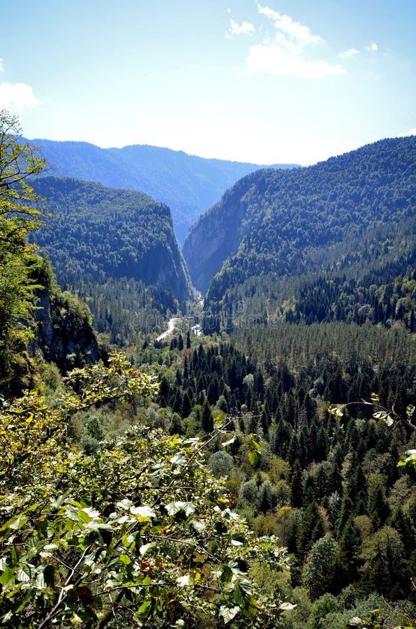 Vista del valle y del camino de la montaña a lo largo del río Yupsher imagenes de archivo