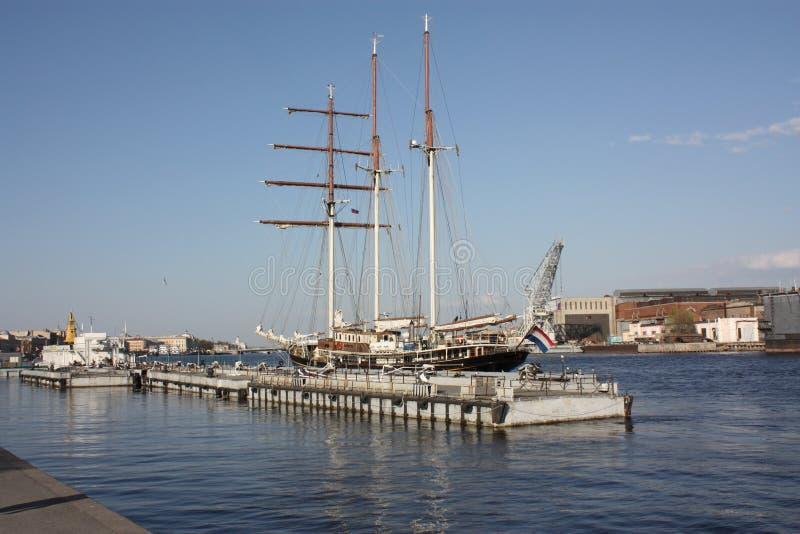 Vista del velero, del puerto y del embarcadero Petersburgo fotografía de archivo
