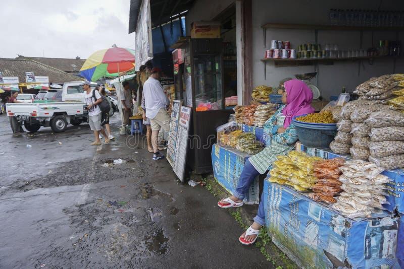 Vista del vendedor y del mercado de calle en Kintamani en Bali foto de archivo libre de regalías
