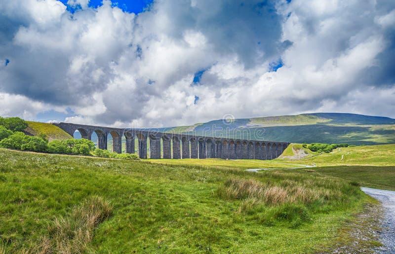 Vista del viaducto victoriano grande en paisaje rural del campo fotografía de archivo libre de regalías