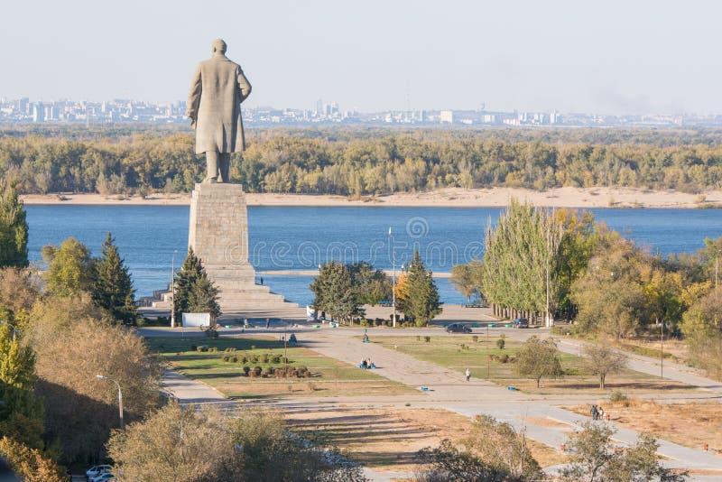 Vista del vicolo che conduce alla passeggiata centrale e una statua di Lenin nel distretto di Krasnoarmeysk di Volgograd fotografia stock libera da diritti