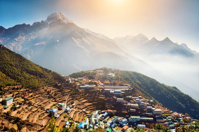 Vista del villaggio del bazar di Namche in Himalaya, Nepal immagine stock libera da diritti