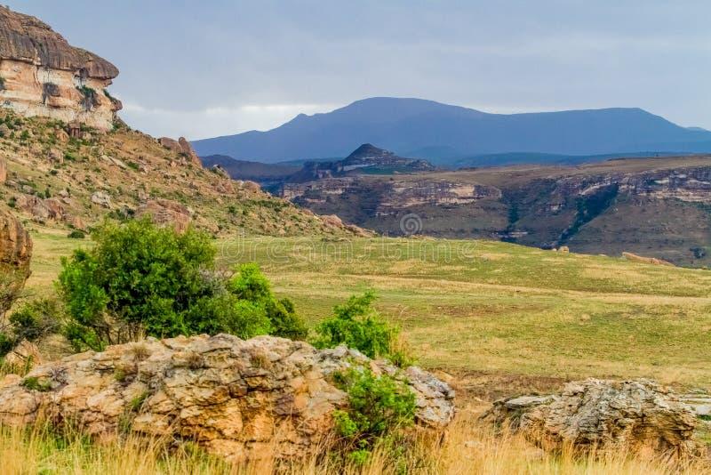 Vista del villaggio culturale del Basotho in montagne Sudafrica di Drakensberg immagini stock libere da diritti