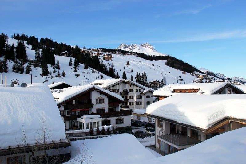 Vista del villaggio della stazione sciistica e della pista alpini dello sci in Lech, Austria immagine stock libera da diritti