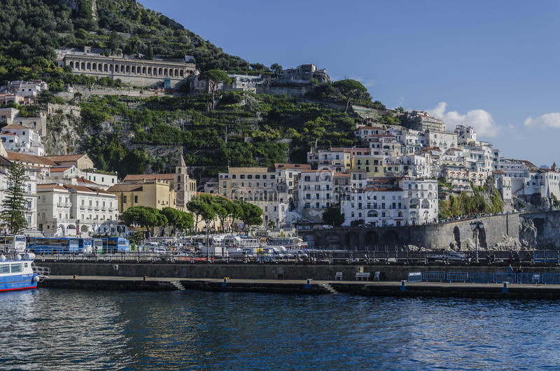 Vista del villaggio di Amalfi dal mar Tirreno fotografie stock