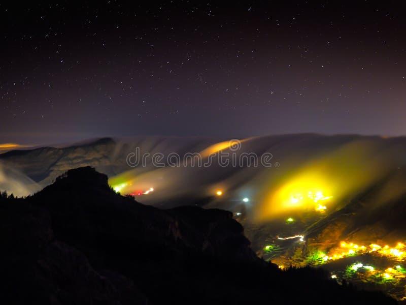 Vista del villaggio di Artenara di notte, Gran Canaria, Spagna fotografia stock libera da diritti