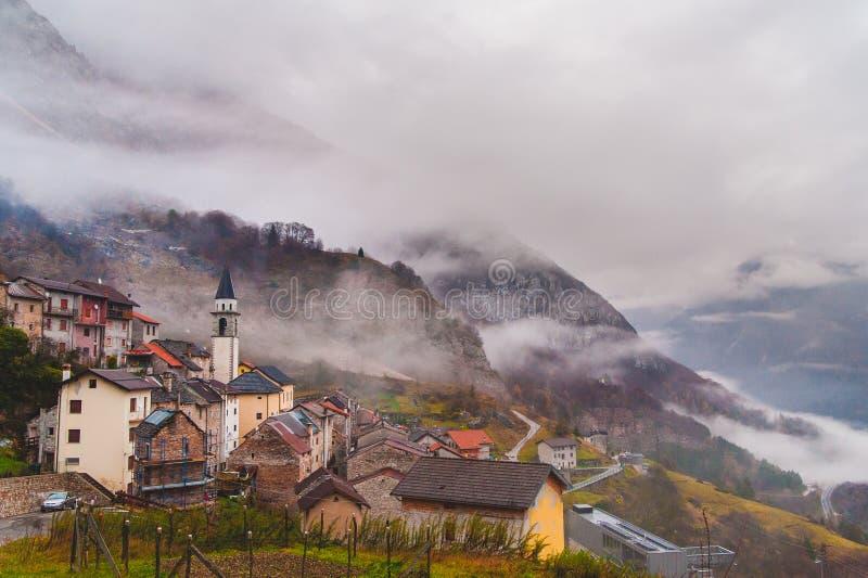 Vista del villaggio di erto un giorno nebbioso nuvoloso immagine stock libera da diritti