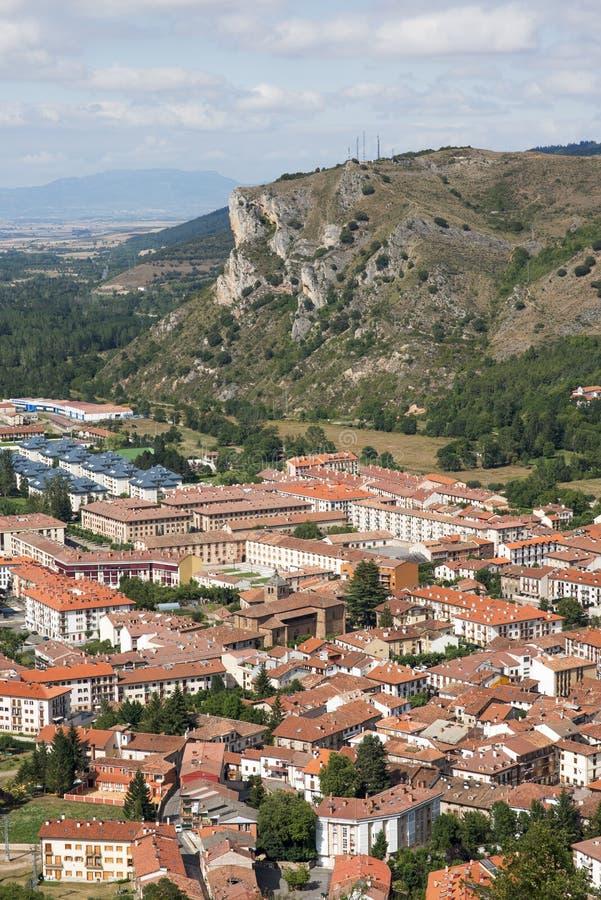 Vista del villaggio di Ezcaray, Rioja, Spagna immagini stock