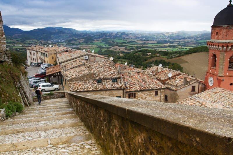 Vista del villaggio di Frontone in Italia fotografia stock libera da diritti