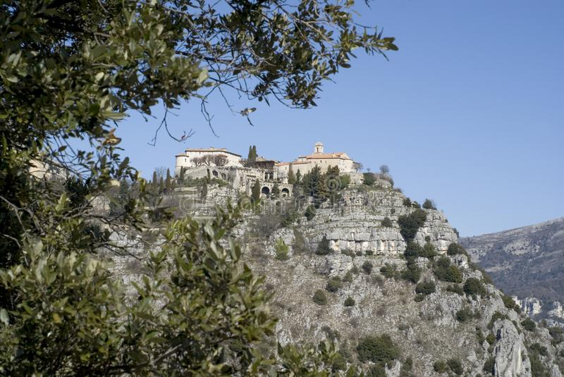 Vista del villaggio di Gourdon dalla strada fotografie stock
