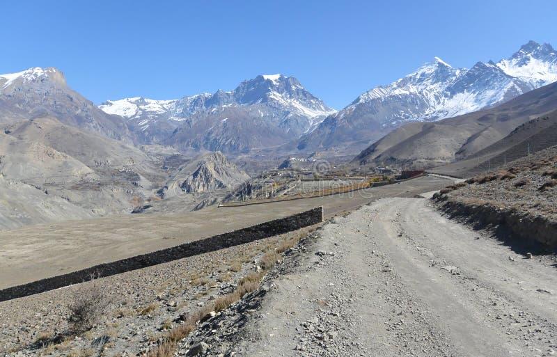 Vista del villaggio di Muktinath e del passo di montagna della La di Thorung nell'area di Annapurna fotografie stock libere da diritti