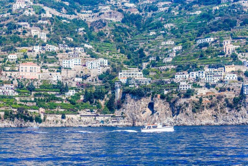 Vista del villaggio di Pastena sulla costa di Amalfi veduta dal mare fotografia stock libera da diritti