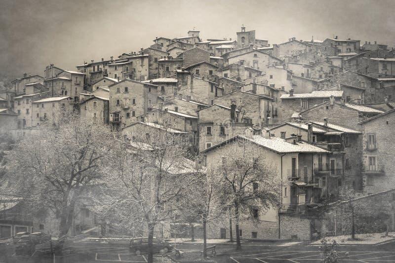 Vista del villaggio medievale misterioso con nebbia e neve nella stagione invernale, Abruzzo immagini stock libere da diritti